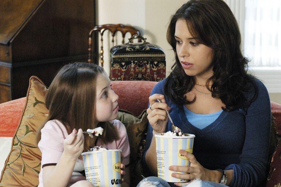 Mit den erzieherischen Aufgaben tut sich die erst 21-jährige Olivia (Lacey Chabert, r.) noch schwer. Zum Abendessen gibt es eine Tonne Eiscreme oder... - Bildquelle: ABC Family