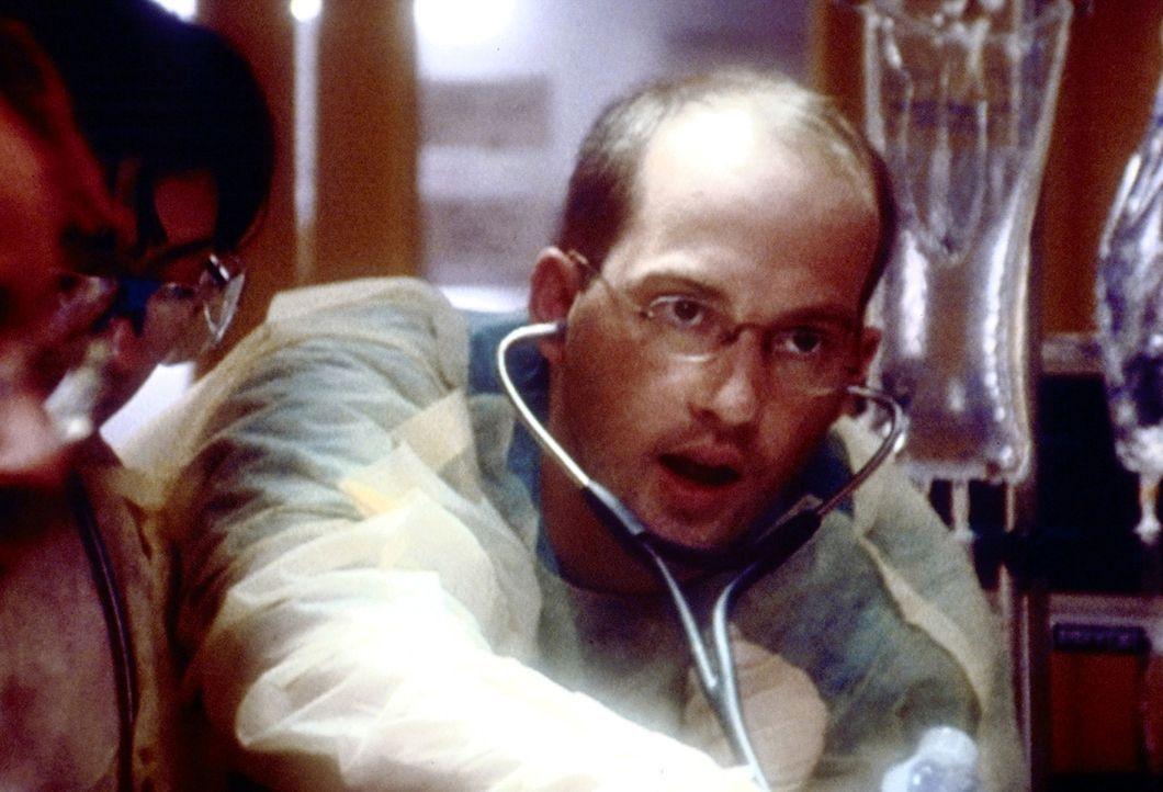 Alle Mühe ist vergebens. Der Patient, der zufällig in eine Schießerei geriet, ist trotz umfassender Notmaßnahme nicht von Dr. Greene (Anthony Ed... - Bildquelle: TM+  2000 WARNER BROS.