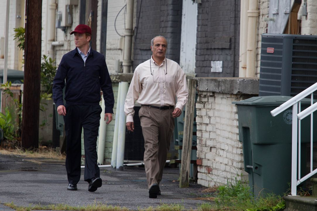 Abu Nazirs Kontaktfrau Roya informiert Brody (Damian Lewis, l.), dass der Schneider (Nasser Faris, r.), der die Sprengstoffweste angefertigt hat, in... - Bildquelle: 20th Century Fox International Television