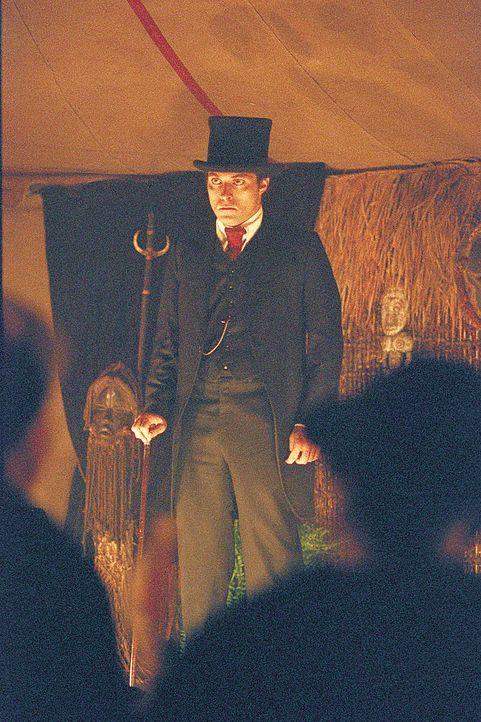 Kirmes-Kuriositäten-Schausteller Angus (Rufus Sewell) ist ständig auf der Suche nach neuen Attraktionen. Eines Tages wird ihm eine Meerjungfrau an... - Bildquelle: 2004 Sony Pictures Television International. All Rights Reserved.