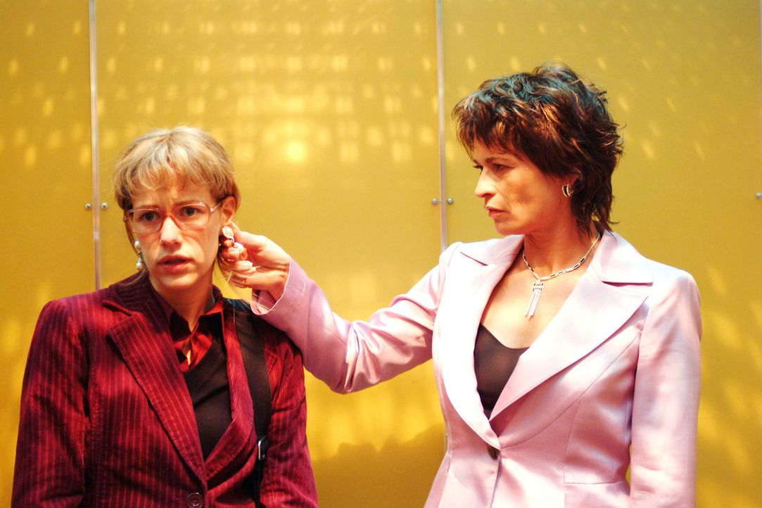 Sophie von Brahmberg (Gabrielle Scharnitzky, r.) wirft einen geübten Blick auf Lisas (Alexandra Neldel, l.) neue Ohrringe: Irritiert ahnt Lisa, dass... - Bildquelle: Monika Schürle Sat.1