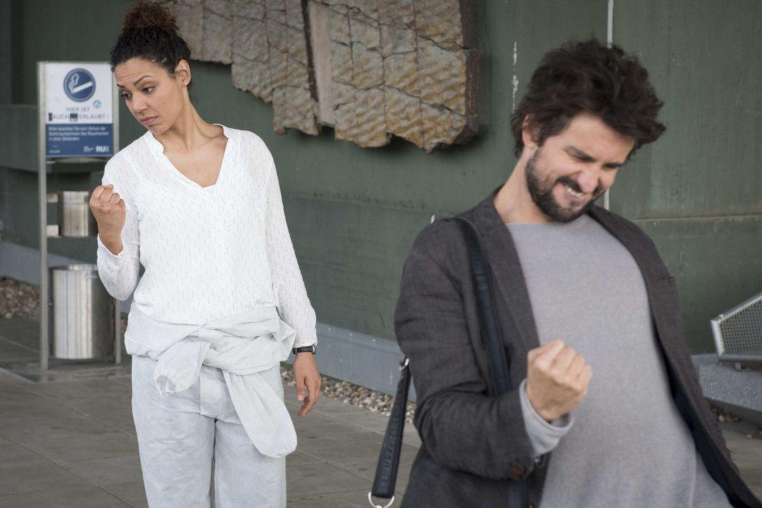 Felix (Tom Beck, r.), der nicht weiß, dass KTU-Expertin Kirsten (Haley Louise Jones, l.) eine giftige Korallenotter als Haustier hält, erlaubt ihr,... - Bildquelle: Martin Rottenkolber SAT.1