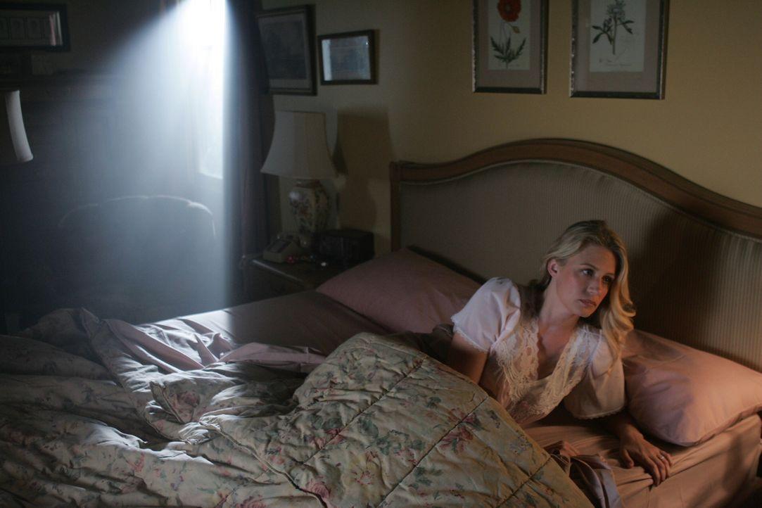 Rückblende: Als Mary (Samantha Smith) eines Nachts aufwacht stellt fest, dass ihr Ehemann John nicht neben ihr im Bett ist. Sie macht sich auf die S... - Bildquelle: Warner Bros. Television