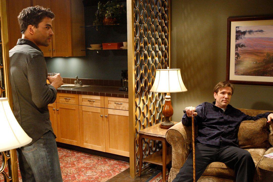 Melindas Vater Tom (Martin Donovan, r.) taucht plötzlich wieder auf. Er behauptet, dass Gabriel Lawrence (Ignacio Serricchio, l.) ihr Bruder ist ... - Bildquelle: ABC Studios