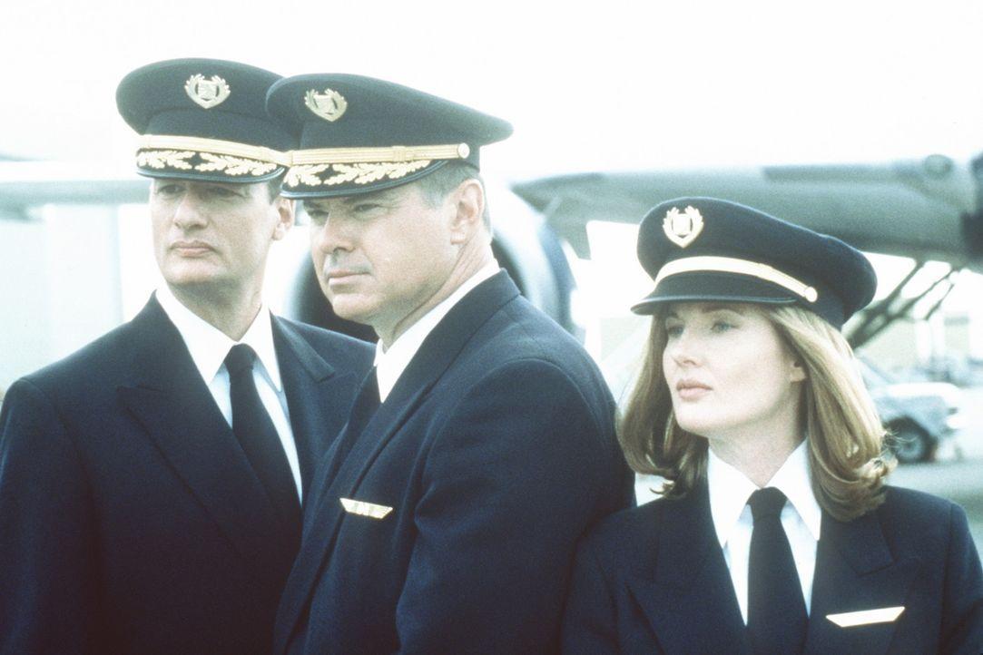Auf diese Crew wartet ein Höllentrip: Capt. George Bouchard (John de Lancie, l.), Capt. Lucky Singer (Robert Urich, M.) und Co-Pilotin Connie Phipp...