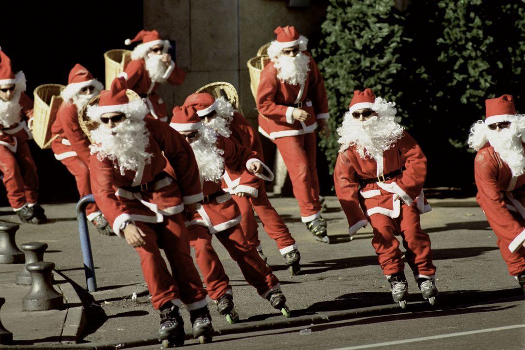 Die tollpatschige Marseiller Gendarmerie ist machtlos: Seit längerer Zeit treibt eine als Weihnachtsmänner verkleidete Gang in Marseille ihr Unwesen... - Bildquelle: Tobis Film