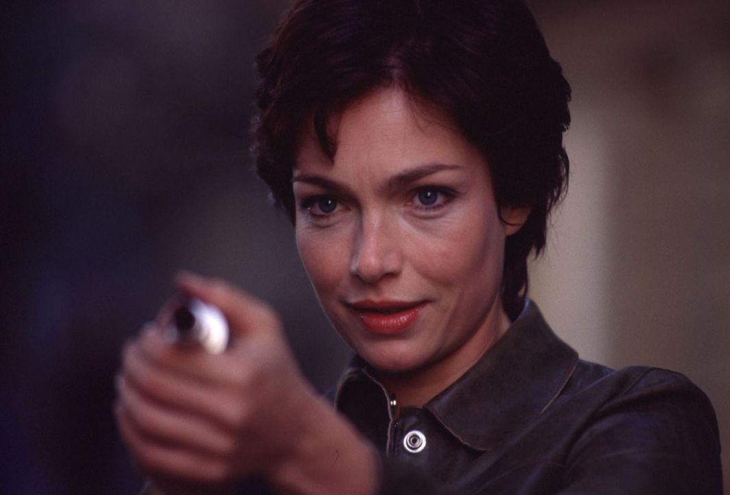 """Um ihre Aufgabe lösen zu können, geben die Liebesengel Angela (Aglaia Szyszkowitz) lediglich eine Liebeszauber versprühende """"Pistole"""" mit auf den schwierigen Weg ..."""