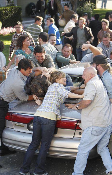 Lynette (Felicity Huffman, vorne M.) ruft alle Nachbarn zu einer Demonstration auf, um Pauls Plan zu verhindern. Doch die friedlich geplante Aktion... - Bildquelle: ABC Studios