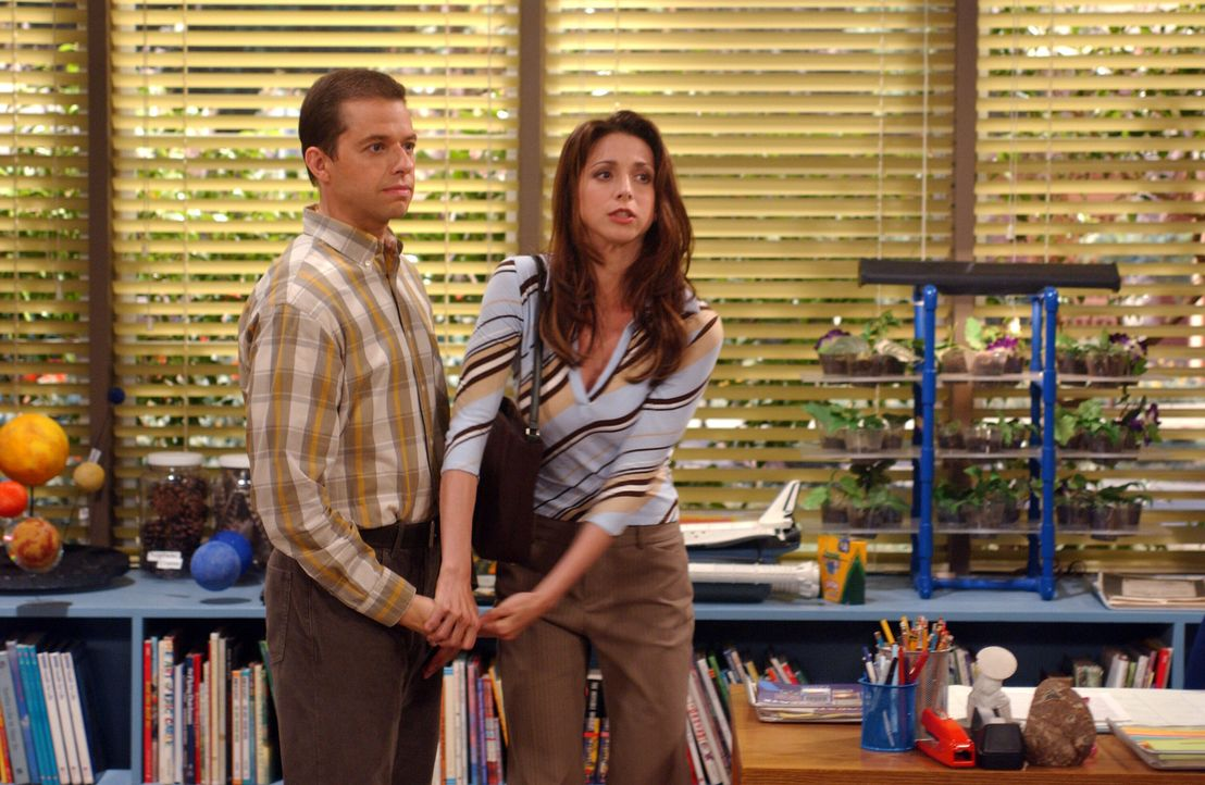 Alan (Jon Cryer, l.) und Judith (Marin Hinkle, r.) werden in die Schule zitiert, nachdem Jake seiner Lehrerin den Mittelfinger gezeigt hat ... - Bildquelle: Warner Bros. Television