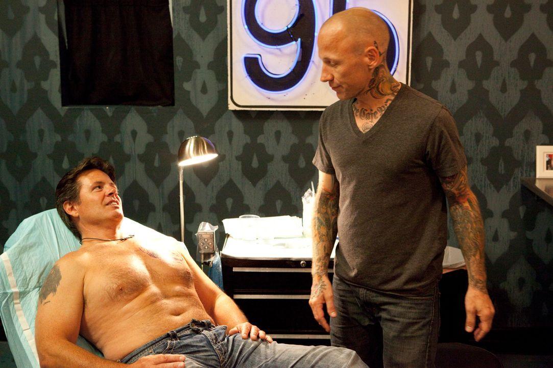 Tommy Helm (r.) bespricht mit seinem Kunden, wie das neue Tattoo aussehen soll ... - Bildquelle: 2012 Spike Cable Networks Inc. All Rights Reserved.