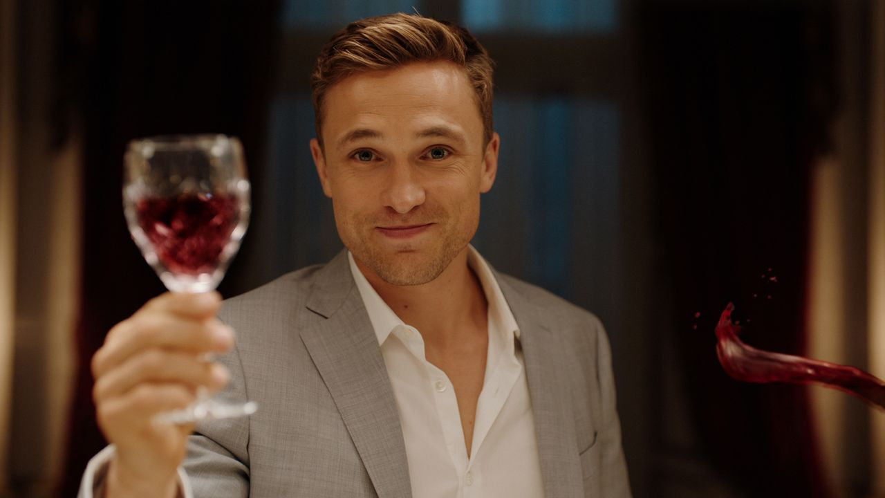 Entschließt sich Liam (William Moseley) tatsächlich dazu, seinen Teil zum Familienfrieden beizutragen? - Bildquelle: 2018 Lions Gate Entertainment Inc. All Rights Reserved.