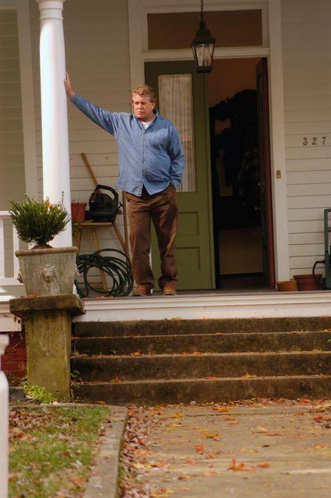 """Nicks Vater, """"The Commander"""" (Tom Berenger), ist über die Nachricht überrascht. Sein Sohn will länger in der Stadt bleiben ... - Bildquelle: 2007 American Broadcasting Companies, Inc. All rights reserved."""