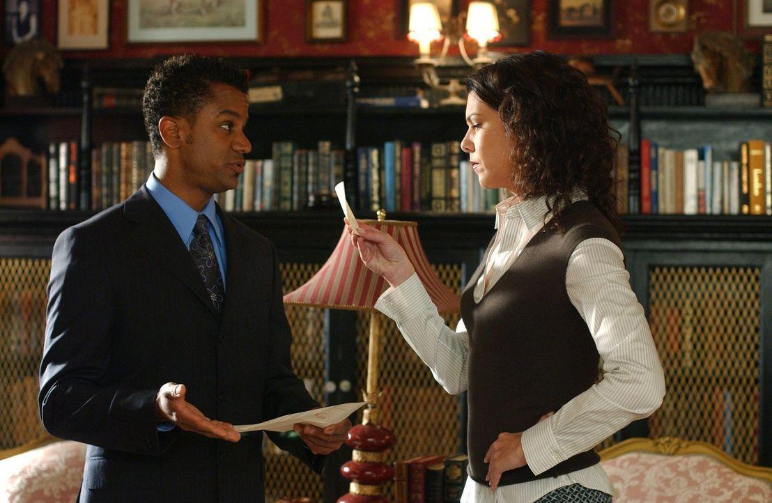 Das Hotel bereitet Michel (Yanic Truesdale, l.) und Lorelai (Lauren Graham, r.) erhebliche Probleme. Bürgermeister Taylor legt ihnen immer wieder St... - Bildquelle: 2004 Warner Bros.