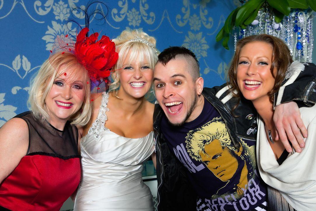 """Das """"Die perfekte Hochzeit!""""-Promi-Special mit Faye (r.), Carol (l.), Pete (2.v.r.) und Michelle (2.v.l.) - Bildquelle: ITV Studios Limited 2010"""