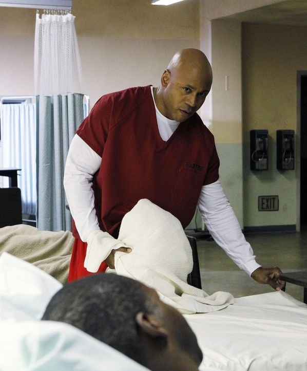 Ein neuer Fall wartet auf Sam (LL Cool J, hinten) , bei dem er undercover ins Gefängnis geht ... - Bildquelle: CBS Studios Inc. All Rights Reserved.