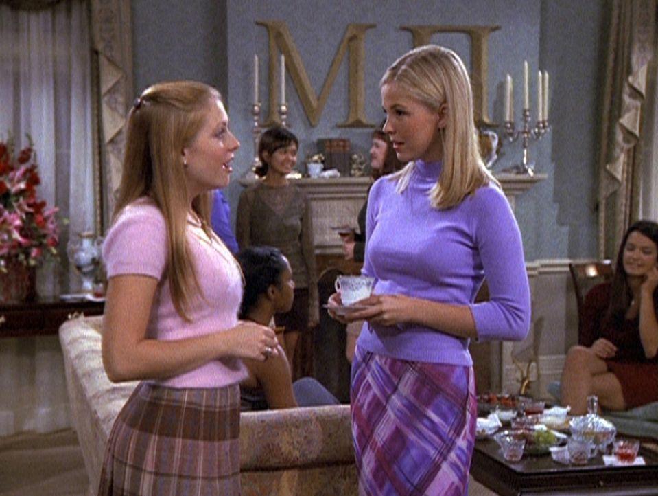 Sabrina (Melissa Joan Hart, l.) bei ihren Recherchen über Studentenverbindungen ... - Bildquelle: Paramount Pictures