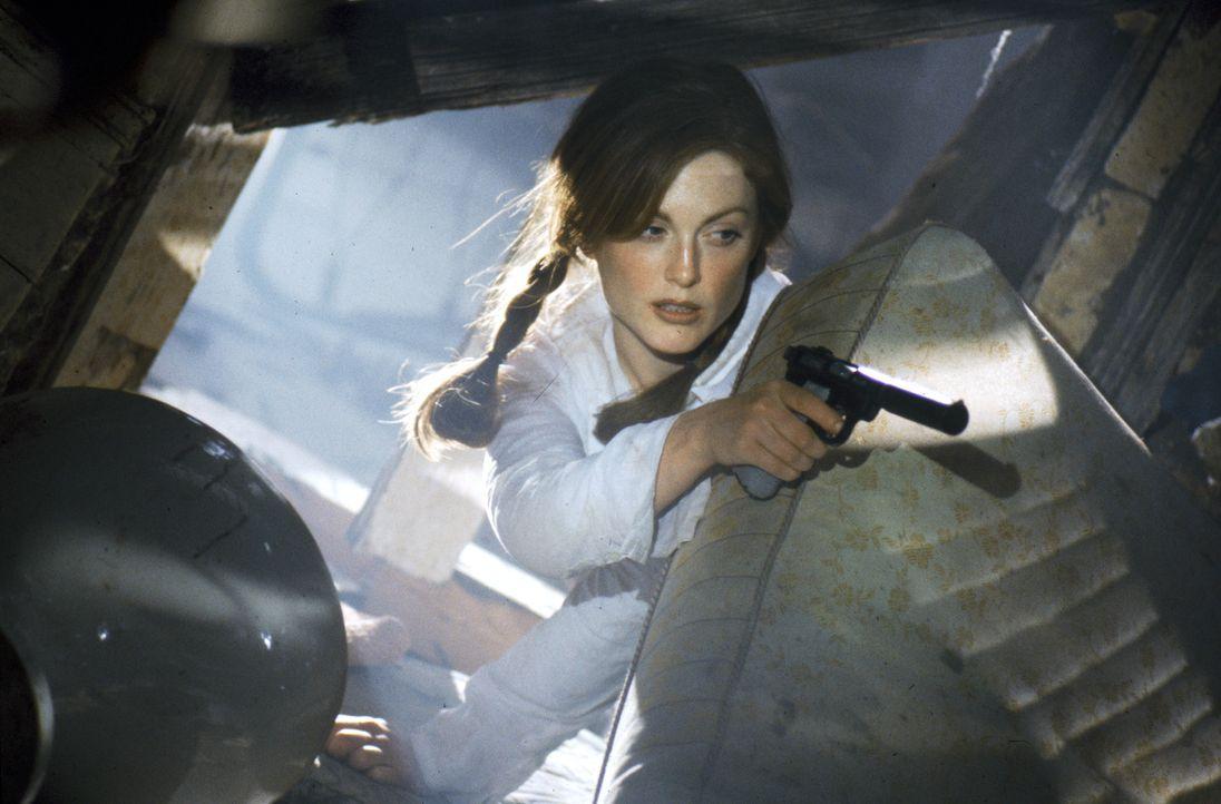 Ein Kampf auf Leben und Tod beginnt für Computerexpertin Electra (Julianne Moore) ... - Bildquelle: Warner Bros. Television