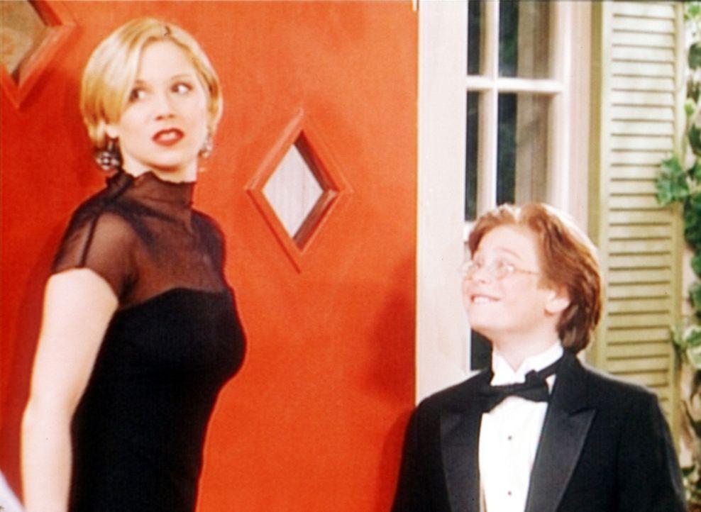 Kelly (Christina Applegate, l.) ist entsetzt, dass es sich bei dem heimlichen Verehrer um den 12-jährigen Robby (Noah Segan, r.) handelt. - Bildquelle: Sony Pictures Television International. All Rights Reserved.