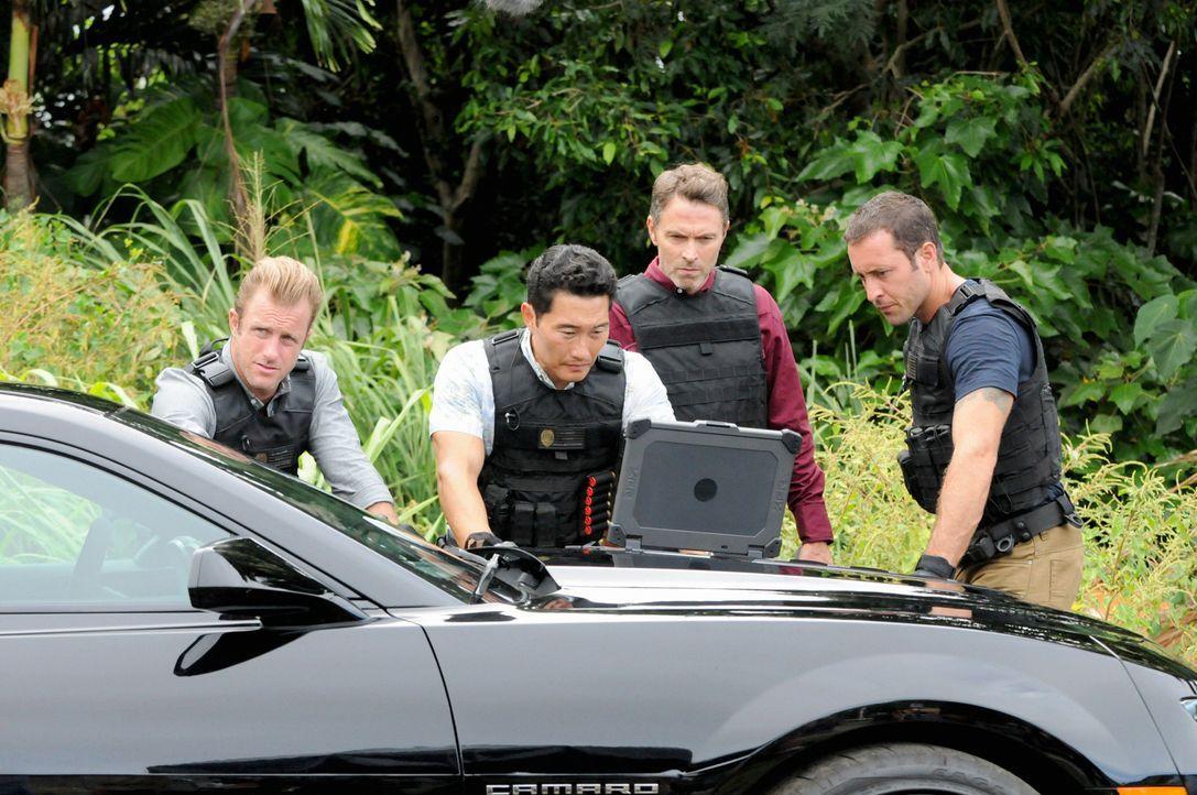 Während Adam und Kono um ihr Leben kämpfen, ermitteln Danny (Scott Caan, l.), Chin (Daniel Dae Kim, 2.v.l.) und Steve (Alex O'Loughlin, r.) in einem... - Bildquelle: 2013 CBS BROADCASTING INC. All Rights Reserved.