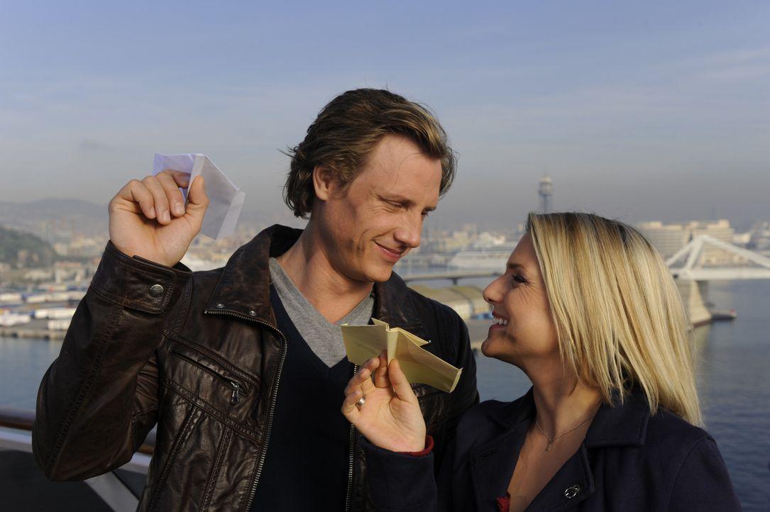 Beginnen ein neues Leben in Barcelona: Tom (Patrick Kalupa, l.) und Anna (Jeanette Biedermann, r.) ... - Bildquelle: SAT.1