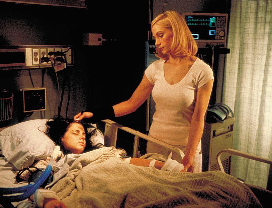 Die schüchterne Vorzeigestudentin Alicia (Mia Kirshner, l.) liegt im Koma. Diagnose: Überdosis. Schon bald wird klar, dass ihre neue beste Freundi... - Bildquelle: 2003 Sony Pictures Television International. All Rights Reserved.