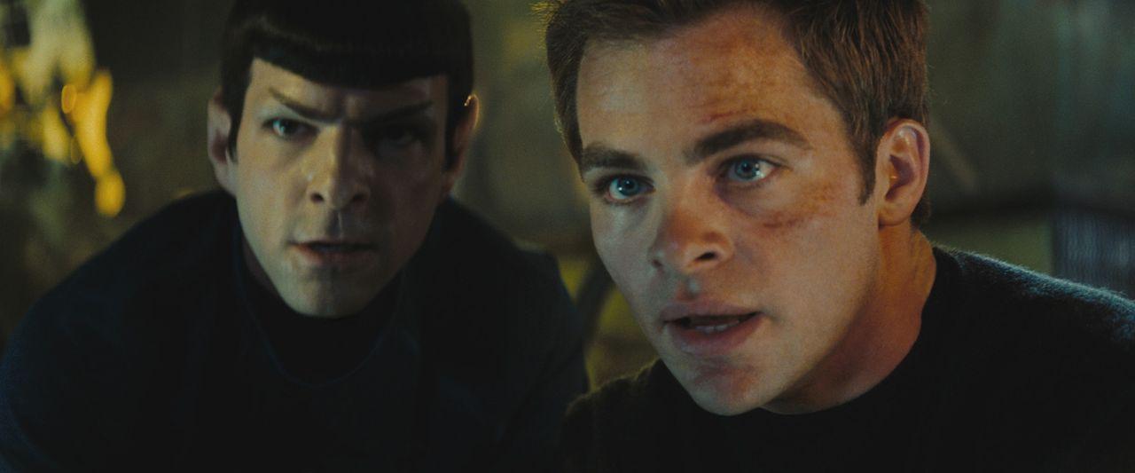 Kirk (Chris Pine, r.) und Spock (Zachary Quinto, l.) sind zunächst erbitterte Konkurrenten. Während sich Kirk auf sein Bauchgefühl verlässt, geh... - Bildquelle: Paramount Pictures