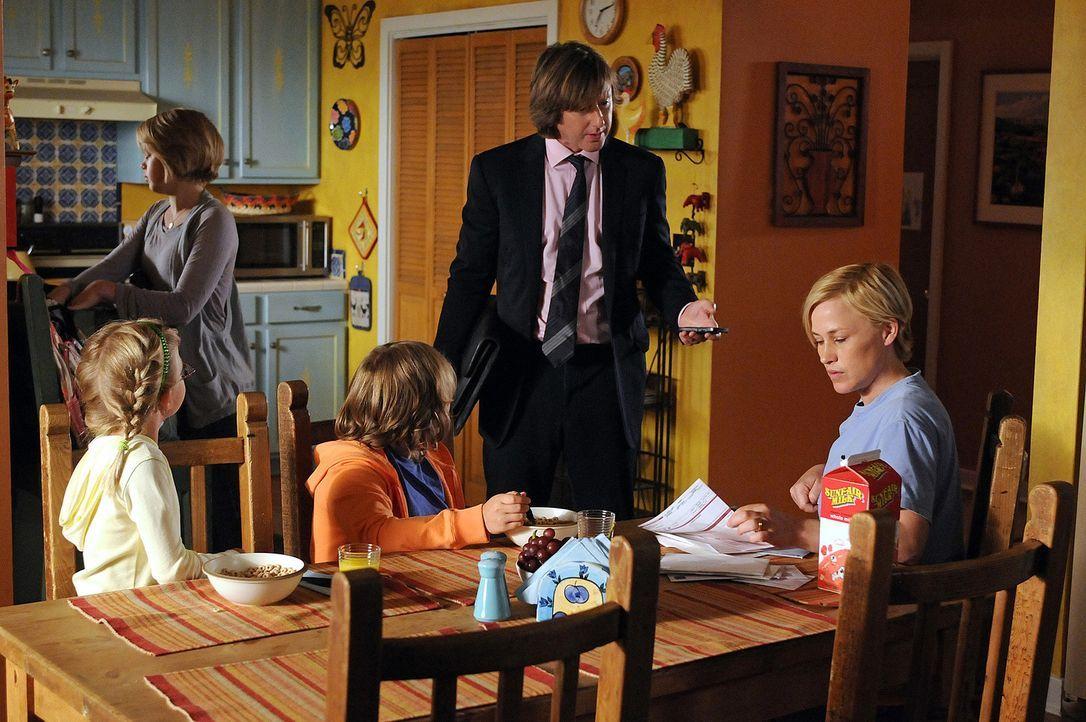 Allison (Patricia Arquette, r.) ist froh, endlich wieder bei ihrer Familie (v.l.n.r.: Miranda Carabello, Sofia Vassilieva, Maria Lark und Jake Weber... - Bildquelle: Paramount Network Television