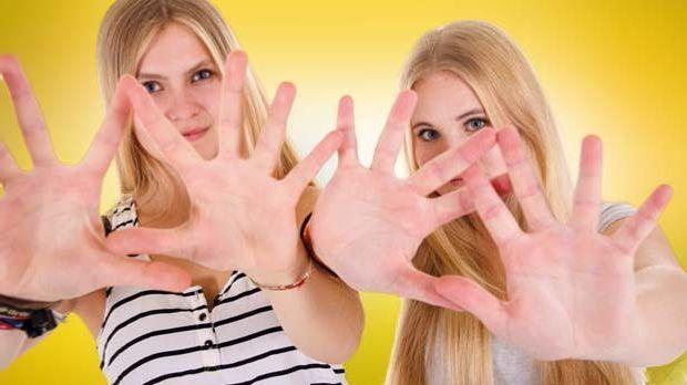Was die Hände dieser Mädchen wohl verraten?