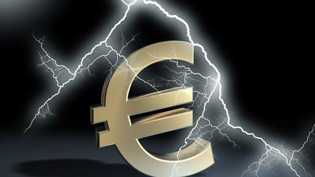 Ein Blitz schlägt in das Eurosymbol ein