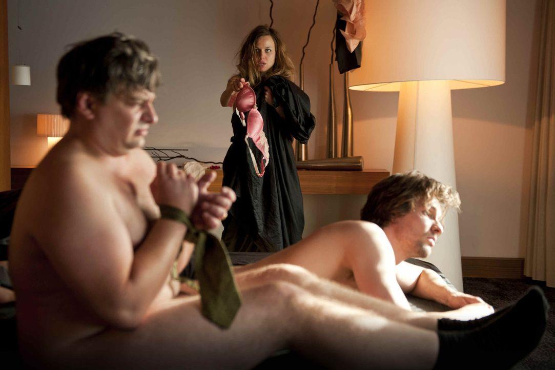 Grauenvolles Erwachen: Kerstin (Nadja Becker, M.) landet nach der Betriebsfeier gleich mit zwei Mitarbeitern, Simon (Bert Tischendorf, vorne r..) un... - Bildquelle: SAT.1