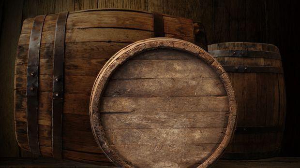 Drei Bierfässer aus Holz in unterschiedlichen Größen