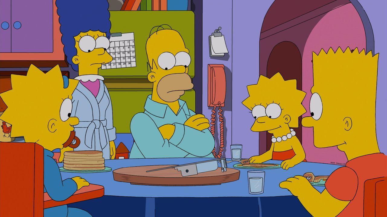 Kritisch betrachten die Simpsons die Datenbrille, die Homer (M.) von seinem Vorgesetzten Mr. Burns im Kernkraftwerk zu Weihnachten geschenkt bekomme... - Bildquelle: 2013 Twentieth Century Fox Film Corporation. All rights reserved.