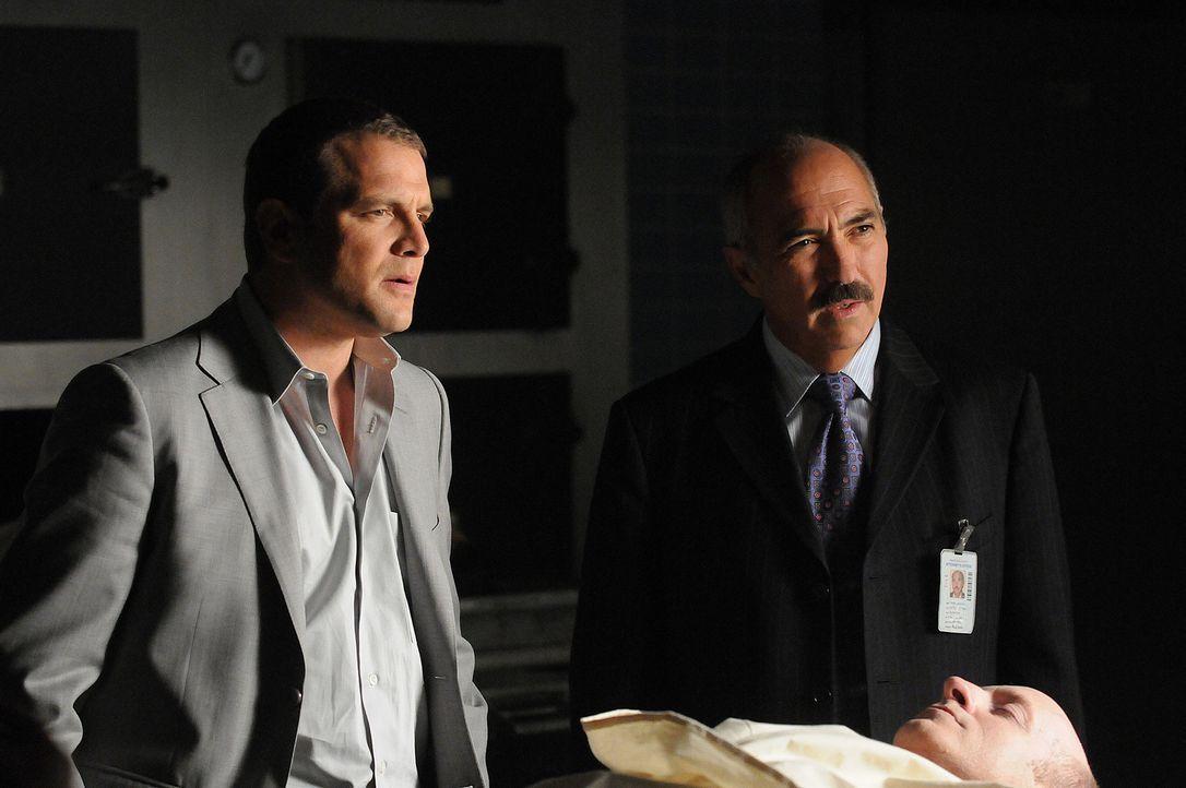 Manuel Devalos (Miguel Sandoval, r.) und Lee Scanlon (David Cubitt, l.) sind über Allisons seltsames Verhalten verwundert. Warum will sie plötzlich,... - Bildquelle: Paramount Network Television
