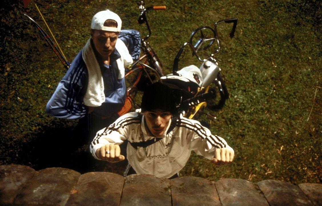 """""""Die Mauer muss weg, die Mauer muss weg"""": Mit einem Trick, den er im Fern gesehen hat, versucht Erkan (Erkan Moosleitner, r.), das Hindernis verschw... - Bildquelle: Constantin Film"""