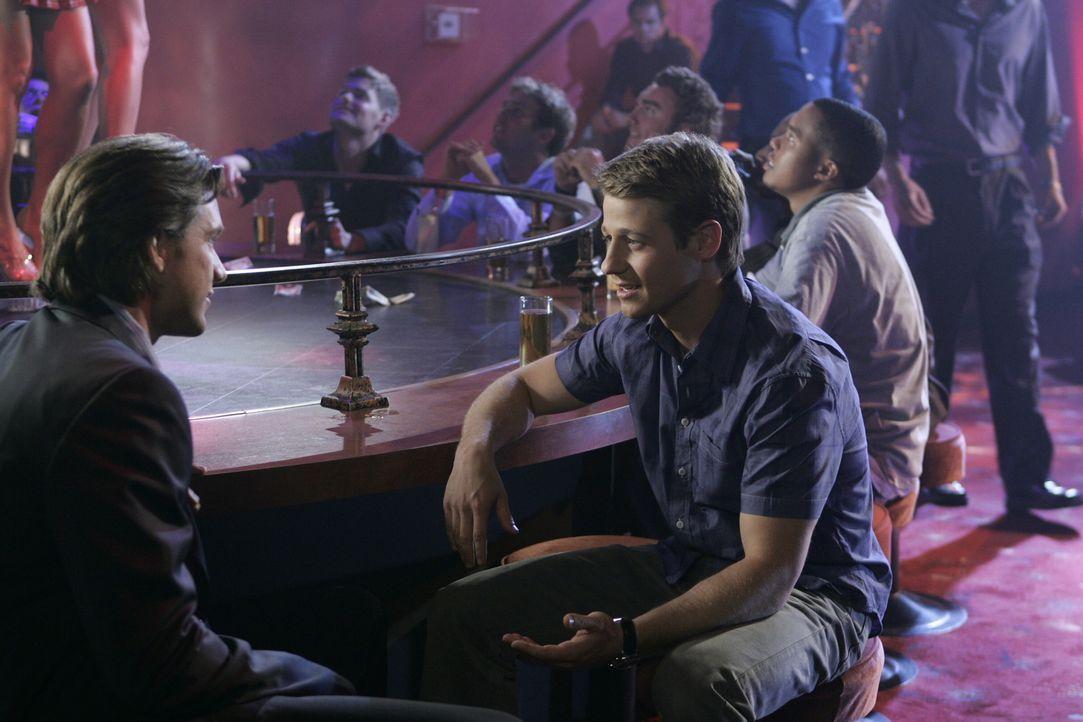 Ryan (Benjamin McKenzie, r.) hat ein Praktikum in der Newport Group angetreten, und begleitet Sandys Geschäftspartner Matt (Jeff Hephner, l.), der... - Bildquelle: Warner Bros. Television