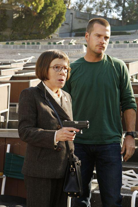 Ein neuer Fall beschäftigt Hetty (Linda Hunt, l.) und Callen (Chris O'Donnell, r.) ... - Bildquelle: CBS Studios Inc. All Rights Reserved.