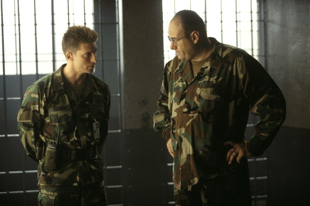 Colonel Winter (James Gandolfini, r.) und sein Helfershelfer Peretz (Steve Burton, l.) setzen auf Härte und Disziplin. Aufmüpfige Gefangene werden... - Bildquelle: TM &   2001 DREAMWORKS LLC. All Rights reserved.