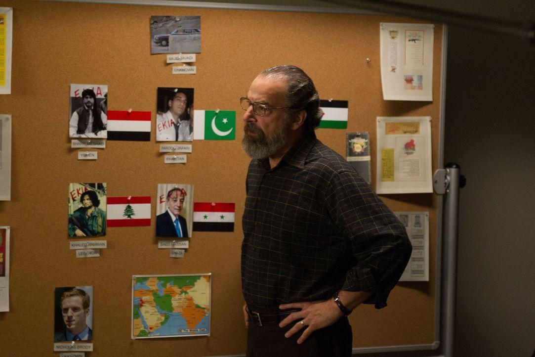 Versucht mit Hilfe einer Analystin für den internationalen Geldmarkt, eine Spur zu Javadi zu bekommen: Saul (Mandy Patinkin) ... - Bildquelle: 2013 Twentieth Century Fox Film Corporation. All rights reserved.