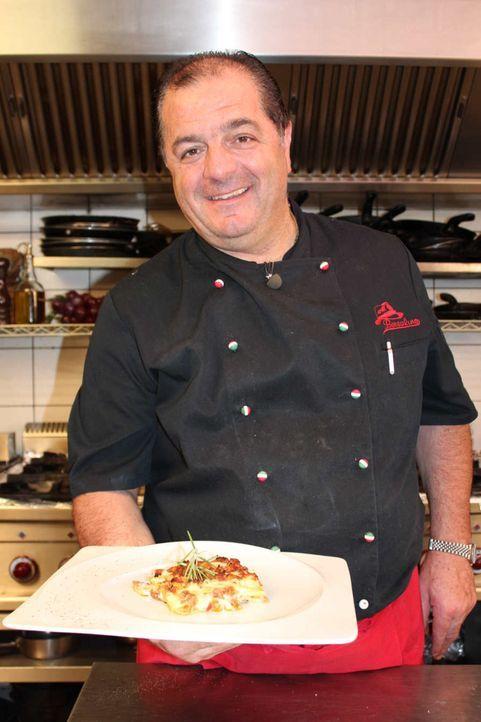"""Fertige Nudelplatten, Tomatenmark und viel zu viel Käse - Luigi kann sich das nicht länger mit ansehen. Die Deutschen kochen immer """"schnell, schne... - Bildquelle: kabel eins"""