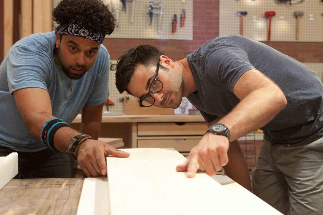 Haben ganz genaue Vorstellungen von dem Bett, das sie bauen wollen: Schreiner Ali (l.) und Designer Kyle (r.) ... - Bildquelle: Warner Bros.