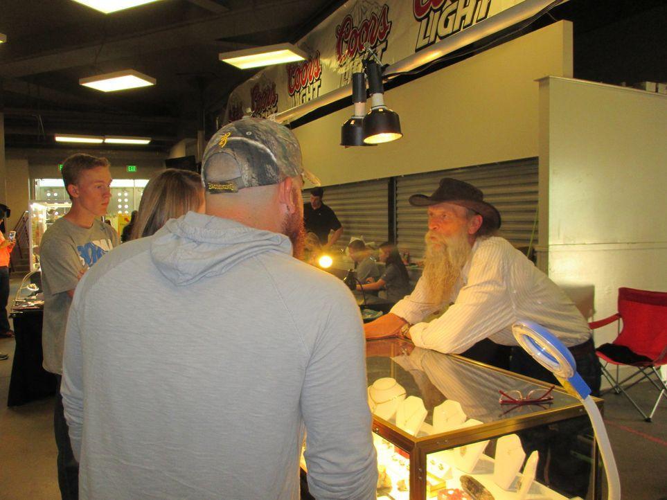 Kann Dwayne (r.) mit seinen Edelsteinen und seinem Schmuck bei der Messe in Denver gutes Geld machen? - Bildquelle: High Noon Entertainment, 2015
