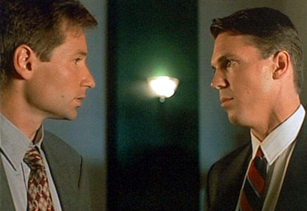 Mulder (David Duchovny, l.) weiß nicht so recht, was er von seinem neuen Partner Alex Krycek (Nicholas Lea, r.) halten soll ... - Bildquelle: TM +   Twentieth Century Fox Film Corporation. All Rights Reserved.