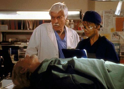 Diagnose: Mord - Mark (Dick Van Dyke, M.) und Amanda (Victoria Rowell, r.) st...