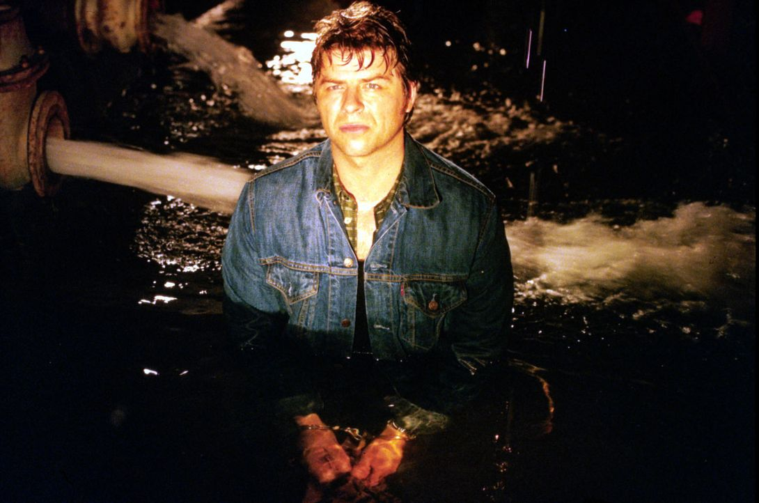 Der gefesselte Jupp Schatz (Uwe Fellensiek) ist im Schiffsrumpf gefangen, der von Didier geflutet wird. - Bildquelle: Dobrivoie Kerpenisan Sat.1