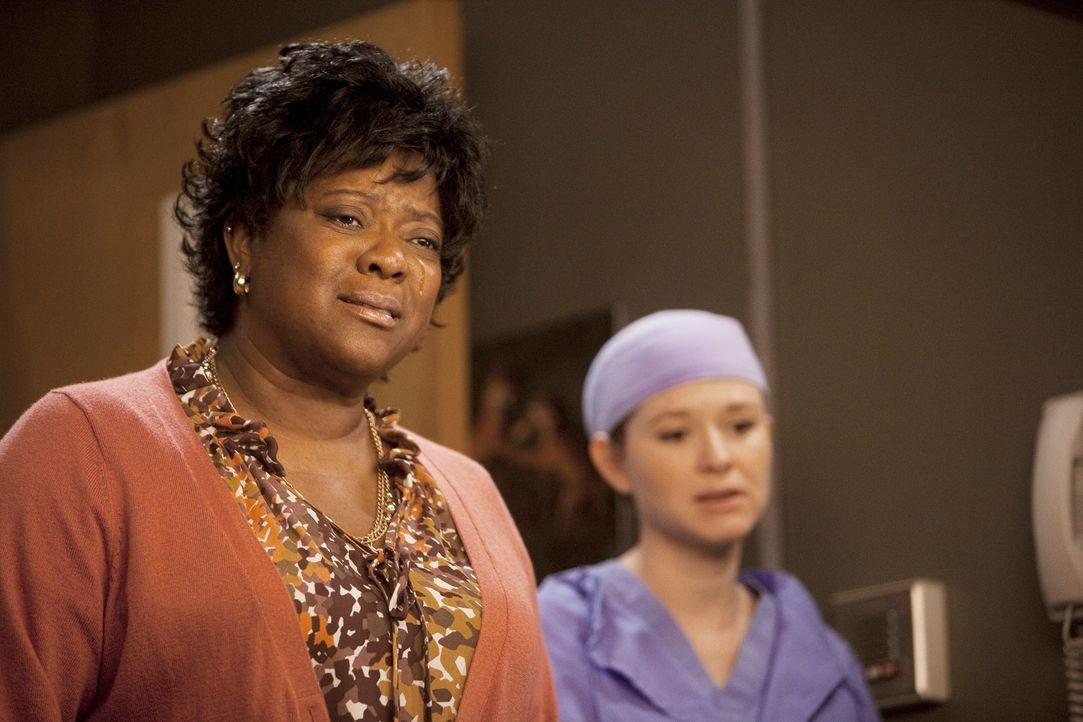 Während Webber seine 10.000 Operation vornimmt, wird Adele (Loretta Devine, l.) ins Krankenhaus gebracht, nachdem sie nachts durch die Straßen irrte... - Bildquelle: ABC Studios