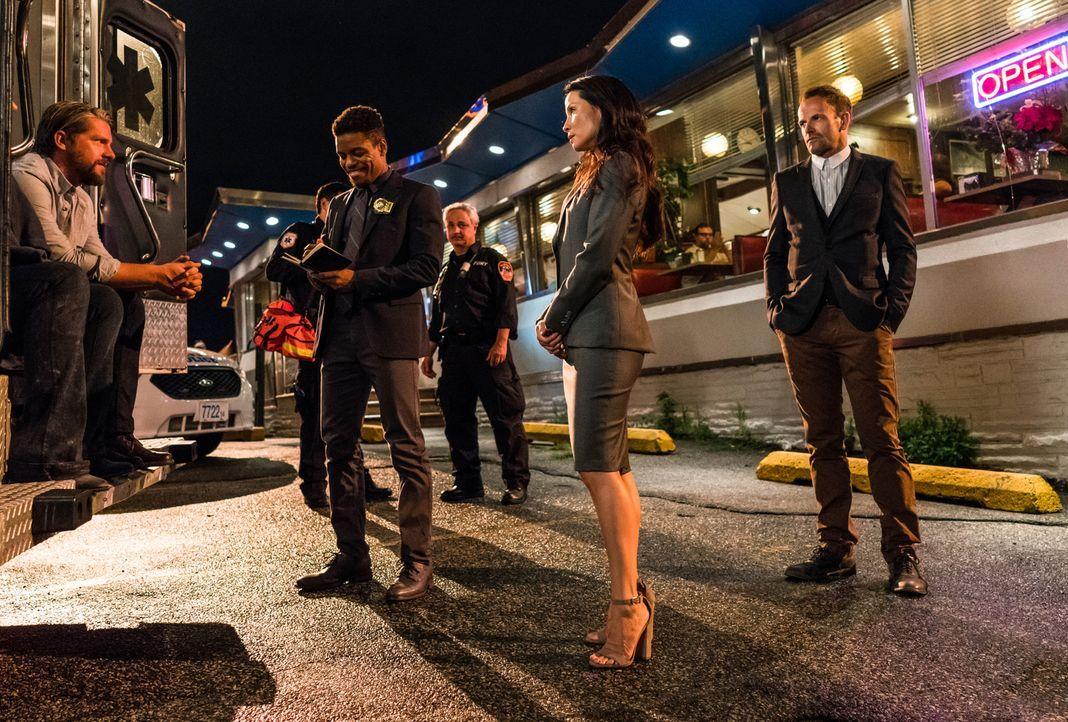 Holmes (Jonny Lee Miller, r.) und Watson (Lucy Liu, M.) sind mit dem NYPD (Zachary Knighton, l.; Jon Michael Hill, 2.v.l.) auf der Suche nach einer... - Bildquelle: Michael Parmelee 2016 CBS Broadcasting, Inc. All Rights Reserved