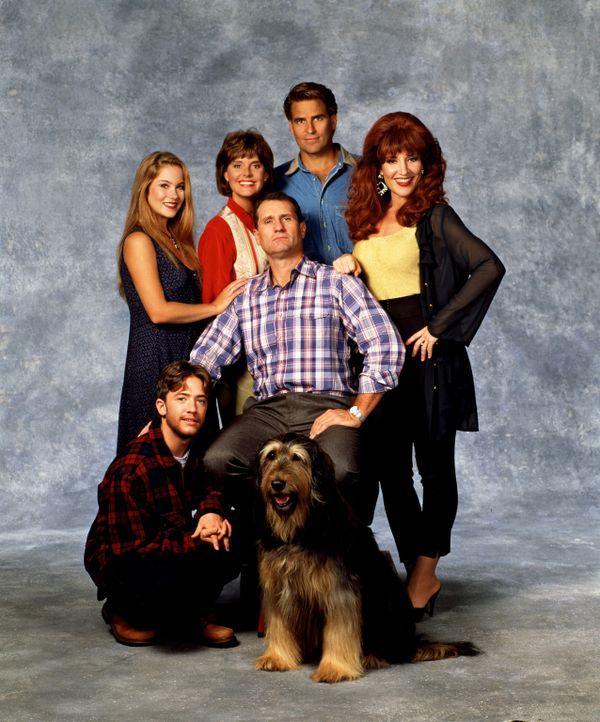 (8. Staffel) - Kelly (Christina Applegate, hinten l.), Marcy (Amanda Bearse, hinten 2.v.l.), Jefferson (Ted McGinley, hinten 2.v.r.), Al (EdO'Neil,... - Bildquelle: Sony Pictures Television International. All Rights Reserved.