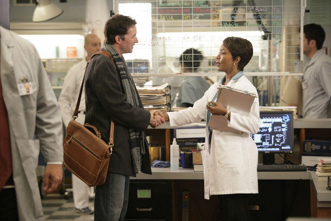 Treffen in der Notaufnahme aufeinander: Dr. Banfield (Angela Bassett, r.) und Dr. Carter (Noah Wyle, l.) ... - Bildquelle: Warner Bros. Television