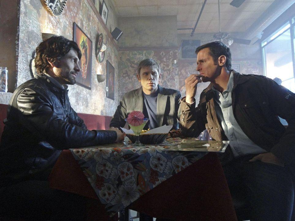 Als Jedikiah (Mark Pellegrino, M.) und Roger (Jeffrey Pierce, r.) das erste Mal auf Mr. Bathory (Simon Merrells, l.) trafen, hätten sie nie geahnt,... - Bildquelle: Warner Bros. Entertainment, Inc