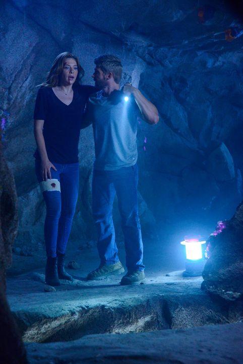 Auf der Flucht vor der Kuppel und Big Jim: Julia (Rachelle LeFevre, l.) und Barbie (Mike Vogel, r.) ... - Bildquelle: 2014 CBS Broadcasting Inc. All Rights Reserved.